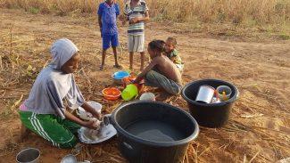 enfants qui font la vaisselle